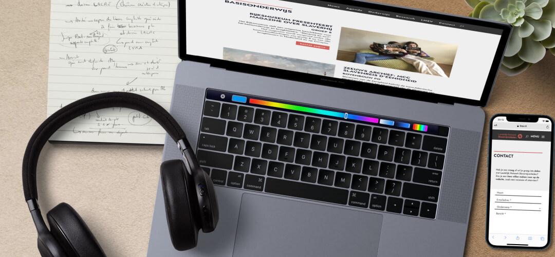 laptop, smartphone en koptelefoon